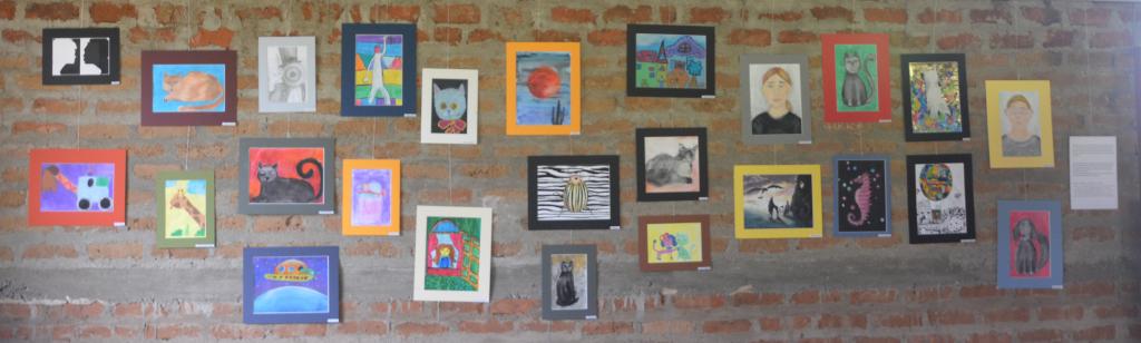 Prace plastyczne pokazane na wystawie w Kiabakari (Tanzania)